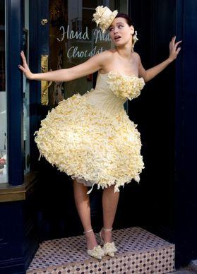 Sepertinya dari jauh terlihat biasa saja, tapi gaun pengantin ini terbuat dari cokelat lho. Wah, nggak takut dimakan semut tuh?.