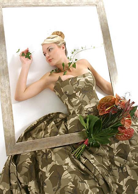 Buat yang punya pasangan anggota militer, gaun bertema army look ini cocok lho di hari pernikahan nanti Pulsker.
