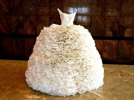 Gaun putih model bertumpuk atau ruffle yang terbuat dari kertas. Ramah lingkungan juga dengan memanfaatkan kertas bekas.