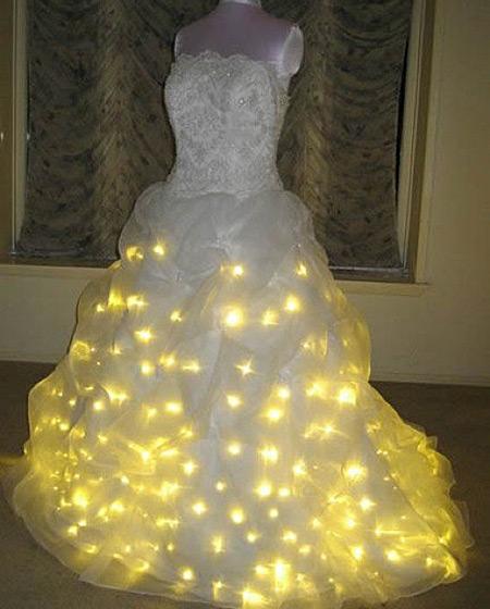 Biar makin bling-bling gaun pengantinnya diberi lampu bohlam begini. Waduh, awas kesetrum ya !.