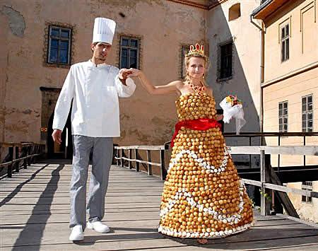 Nah, kebayang kan gimana rasanya berjalan ekstra hati-hati pakai gaun pengantin yang terbuat dari ribuan telur. Pecah bisa bahaya deh.