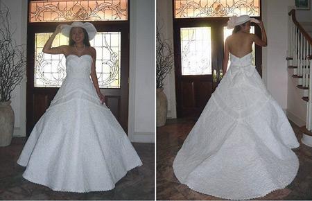 Nyangka nggak sebenarnya gaun putih yang dikenakan ini dibuat dari kertas tisu toilet. Tapi tisunya udah bersih kok Pulsker.