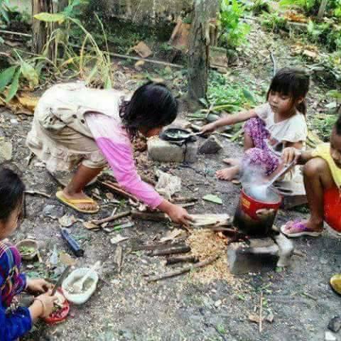 Belajar masak bagi anak-anak cewek 90-an sudah dipraktekkan sejak kecil lho. Inget nggak dulu pernah masak apa aja di halaman belakang rumah?.