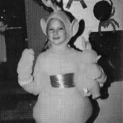 Taylor Swift penggemar Teletubbies Pada tahun 2005, Taylor Swift mengunggah foto mengenakan karakter Laa Laa. Lebih lucu Taylor atau boneka aslinya nih?