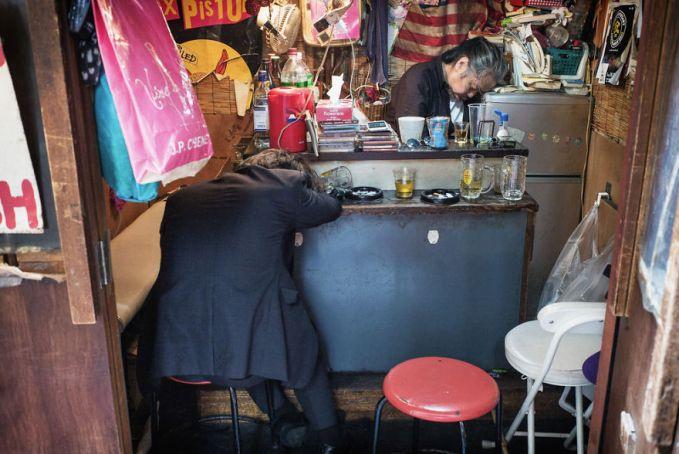 Pemilik kedai dan pembelinya sama-sama mabuk berat semalaman nih Pulsker. Sampai lupa kalau udah pagi lagi.