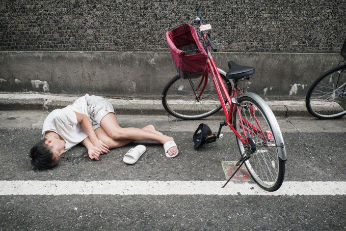 Saking banyaknya minum dia pun tekapar di parkiran. Jangankan buat ngayuh sepeda, buat berdiri aja udah nggak kuat banget.