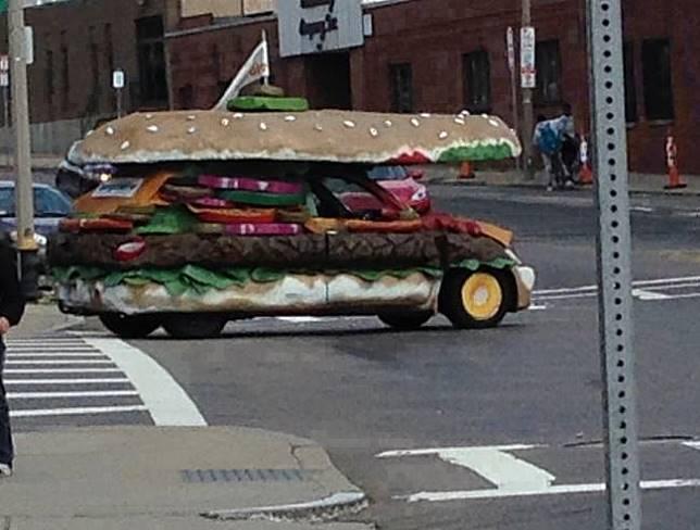Mobil burger Melihat mobil ini malah bikin kita lapar ya, Pulsker. Karena bentuknya mirip banget sama burger dan lengkap dengan sayurannya.