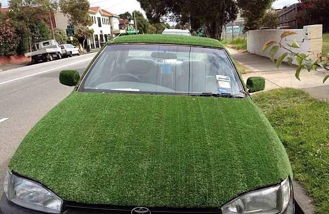 Mobil kamuflase Jika mobil ini diparkir di lapangan Golf, kamu pasti sulit membedakan antara rumput atau mobil.