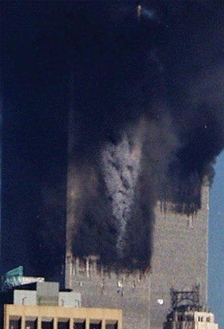Entah ini editan atau nggak, ini adalah foto sesaat terjadinya tragedi WTC.