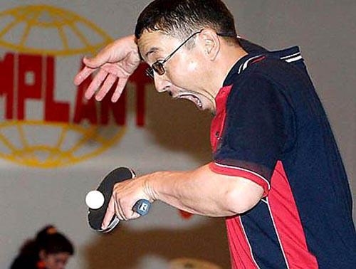Wajah atlet yang nampak histeris saat memukul bola. Jangan-jangan dia phobia sama bola tenis meja tuh.