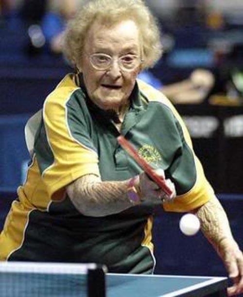 Wah, semangat terus ya nek main tenis mejanya. Ini nih buat penyemangat yang muda-muda biar gemar olahraga.