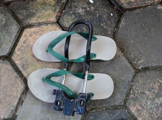 Kalian bisa menggunakan kunci ganda yang biasanya dipasang di motor Pulsker. Kalau masih hilang, yang nyuri untung banyak selain dapat sandal juga dapat kunci.