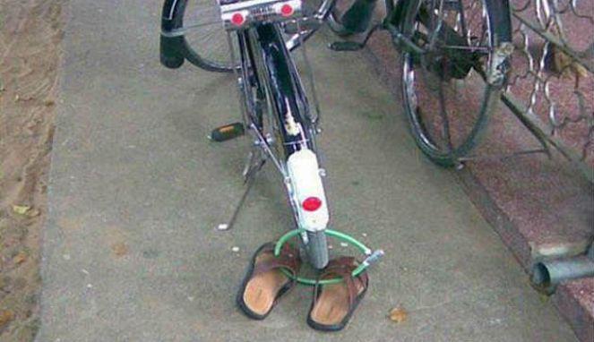 Yang ini namanya pengamanan ekstra ketat Pulsker. Nggak cuma sepedanya aja yang dikunci, sandal kesayangan juga.