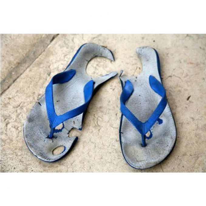 Duh, boro-boro nyolong. Ngeliat sandal jepitnya kayak gini aja udah bikin hati si pelaku trenyuh dan nggak tega buat ngambil.