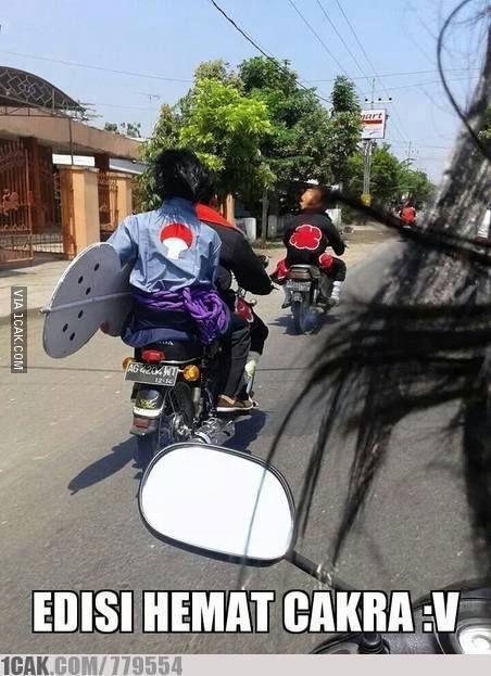 Waduh, rombongan ninja dari mana nih pada bawa motor semua?. Pasti banyak orang yang pada minggir pas mereka lewat.