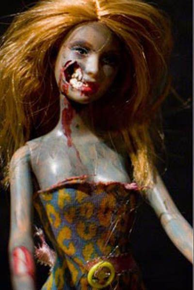 Yang pertama adalah Barbie yang menjadi Zombie. Wajahnya robek dan menjadi menyeramkan.