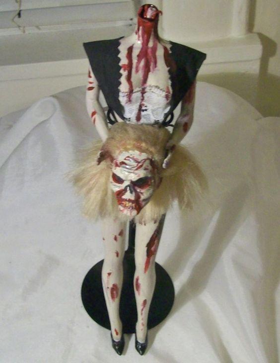 Ini adalah Barbie kepala buntung. Bisa dipegang gitu ya kepalanya..hihi