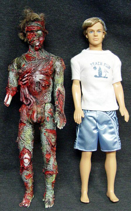 Ini adalah boneka Ken, pasangan Barbie. Dan ini adalah Ken versi sebelum dan sesudah dikulit. Ngilu banget lihatnya.