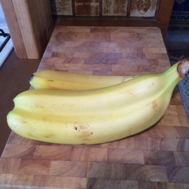 Apa kamu melihat ada dua pisang yang dibalut dalam satu kulit?