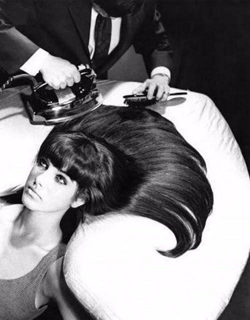 Buat yang suka ngelurusin rambut tapi bingung nggak ada catokan?. Nggak usah khawatir, pakai aja setrika Pulsker. Caranya, atur suhu panas pada setrika yang telah menyala. Lalu, letakkan rambut secara sejajar di alas setrka dan perlahan setrikalah rambut kalian. Namun, tetap jaga suhu ya.