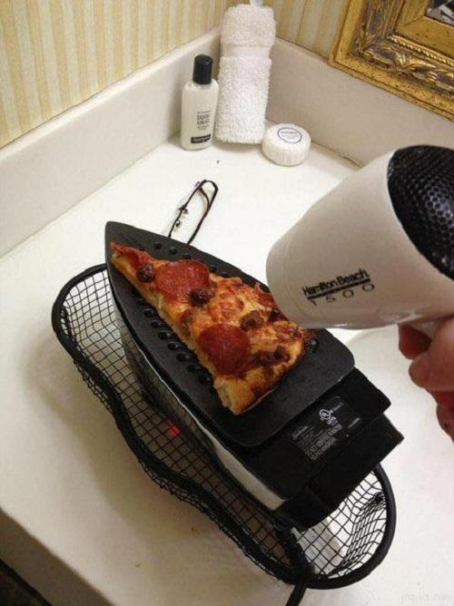 Malam-malam beli pizza tapi malah ketiduran, sayang kan kalau nggak kemakan?. Pagi harinya kalian bisa hangatin tuh pizza pakai setrika. Cukup dengan nyalakan setrika dan atur posisi seperti foto ini nih.