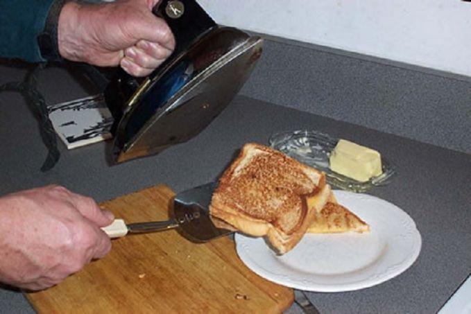 Atau buat bikin roti bakar kalau lagi darurat Pulsker. Caranya nih, letakkan kertas HVS kosong di alas yang datar, dan lapisi dengan tisu. Lalu letakkan selembar roti yang telah diolesi susu atau lainnya. Tutup dengan lebmbaran roti lain, lalu tutup dengan tisu dan HVS kosong. Lalu letakkan setrika pada suhu yang telah diatur.