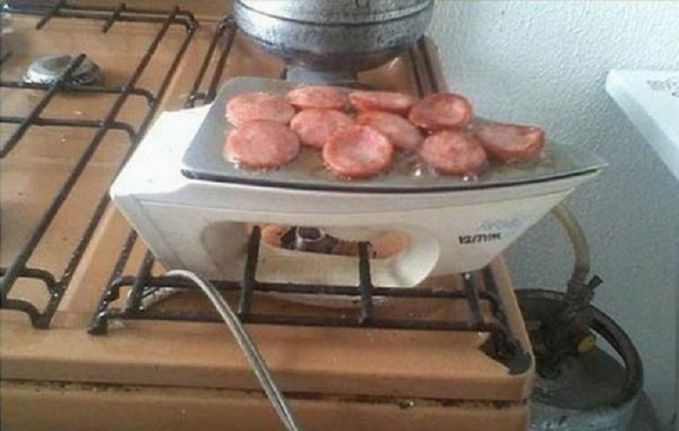 Menggoreng sosis pun bisa kok dilakukan di atas setrika. Eits, jangan lupa olesi mentega atau minyak. Setelah panas baru deh kalian letakkan sosisnya.