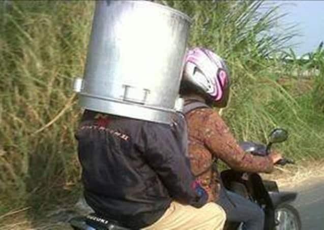 Awalnya susah bawanya, setelah diletakkan kayak gini jadilah helm pelindung kepala sekaligus. Hampir setengah badan juga lho.