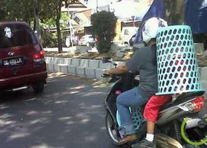 Helm dari keranjang yang full body menutupi dan melindungi bagian tubuh anak.