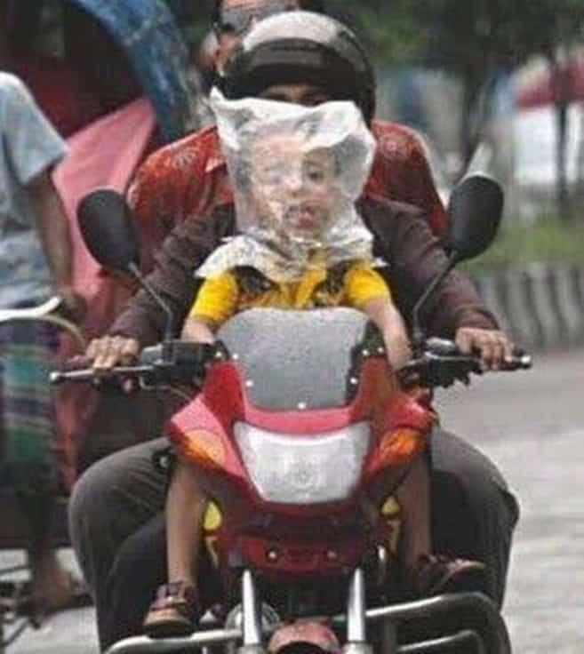 Bapaknya sih safety riding, tapi anaknya pakai helm seadanya. Wah, nggak patut ditiru nih !.