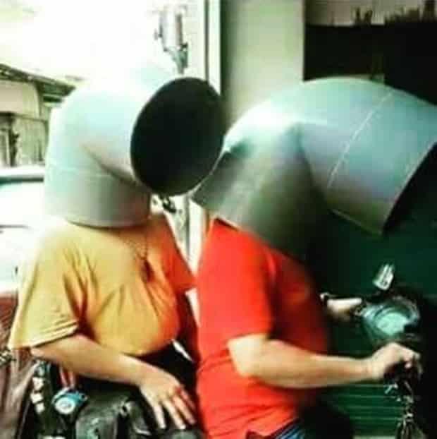 Kedua tukang ledeng ini udah mirip Mario Bros aja nih Pulsker. Nggak ada helm, pipa pun jadi deh. Marshmello KW lho kalau diliat lagi. Duh, emang deh kalau orang cerdas dan kreatif idenya bisa muncul dimana saja saat kepepet. Tapi nggak sampai kelewatan kayak gini juga kali.