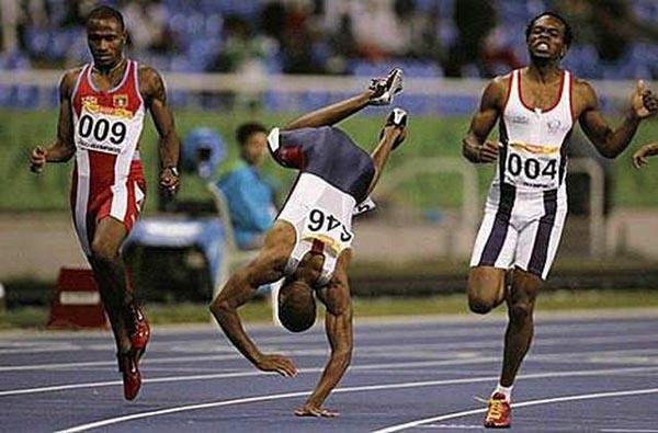 Semangat juang atlet ini patut diacungi jempol Pulsker. Dia tetap melanjutkan perlombaan hingga melaju garis finish walau harus bersusah payah.