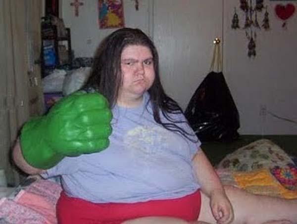 Mungkin si mbaknya terinspirasi dari sosok Hulk nih Pulsker. Liat tuh tangannya udah berwarna hijau dan ekspresi mukanya udah siap menghantam orang-orang jahat yang mengganggu.