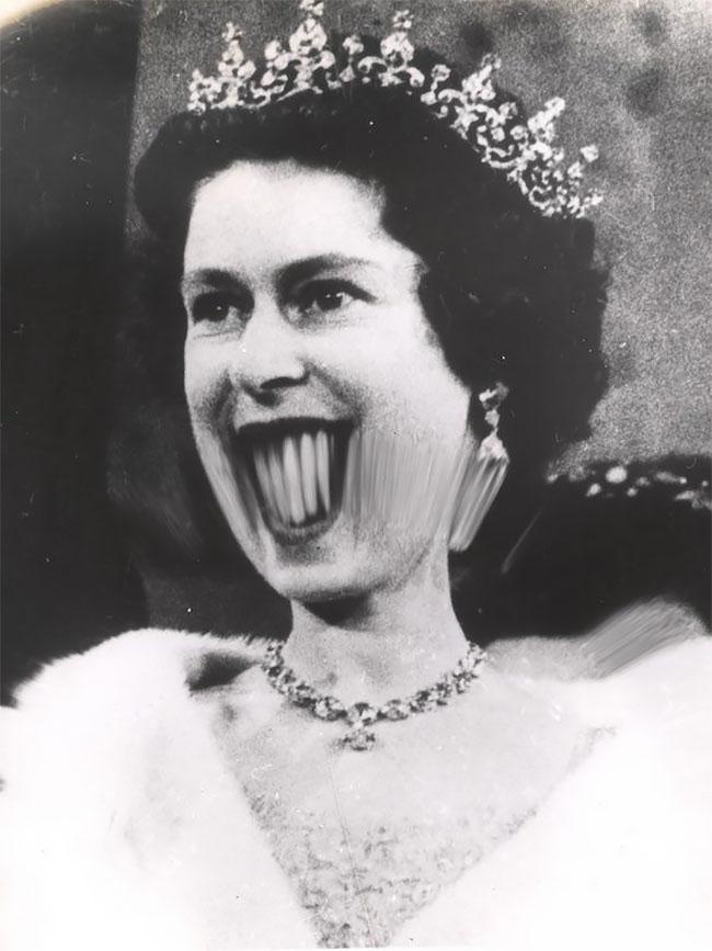 Foto Ratu Elizabeth II yang diambil sekitar tahun 1950-an ini nampak sedikit menyeramkan dengan gigi-giginya yang terlihat besar Pulsker.