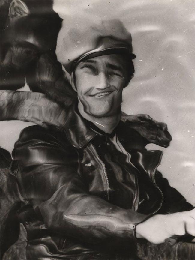 Foto masa muda aktor kawakan Hollywood, Marlon Brando yang meninggal 2004 silam pun terlihat seperti berada dalam air Pulsker. Padahal foto ini diambil tahun 1954 dan jauh sebelum photoshop muncul.