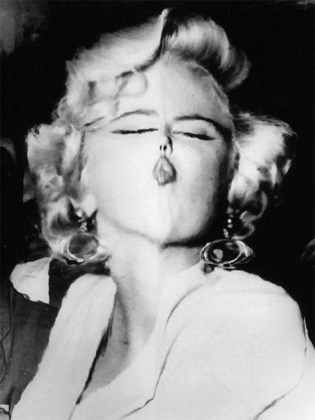 Yang ini kalian semua udah nggak asing lagi kan Pulsker sama wajahnya. Ya, dia adalah Marilyn Monroe selebritis papan atas jaman dulu. Dengan posenya yang khas di tahun 1960-an, bibir manyunnya semakin terlihat setelah fotonya di edit. Nggak nyangka kan Pulsker, kalau sebenarnya edit-mengedit foto itu sudah ada sejak jaman dulu banget?.