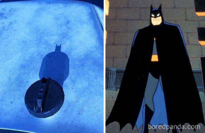 Nggak nyangka banget, tutup tangki ini memiliki bayangan yang mirip Batman lho.