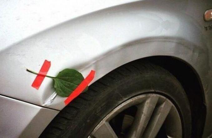 Pemilik ini menambal mobilnya yang penyok dengan selembar daun. Apa faedahnya ya?