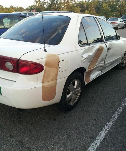 Positif thinking aja, mungkin mobilnya habis kecelakaan, makanya diplester.