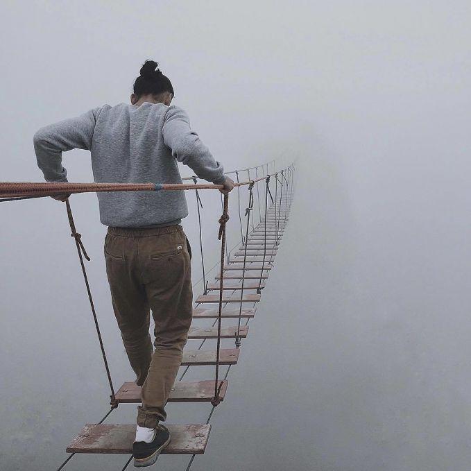 Takut ketinggian adalah fobia yang dialami banyak orang. Apalagi jika melangkah di jembatan ini, karena bahkan tempat tujuanmu tidak terlihat.