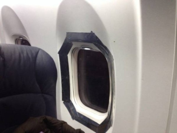 Saat melihat jendela pesawat penuh dengan isolasi seperti ini, mungkin kamu nggak akan mau duduk di samping jendela. Atau bahkan kamu nggak mau naik pesawatnya.