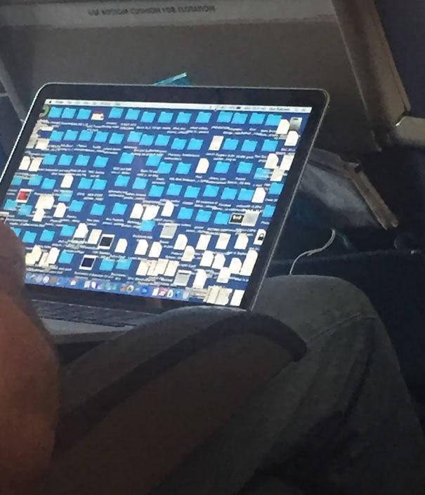 Nggak ngeri sih, cuma jadi bingung aja saat membuka laptop yang penuh dengan sortcut seperti ini.