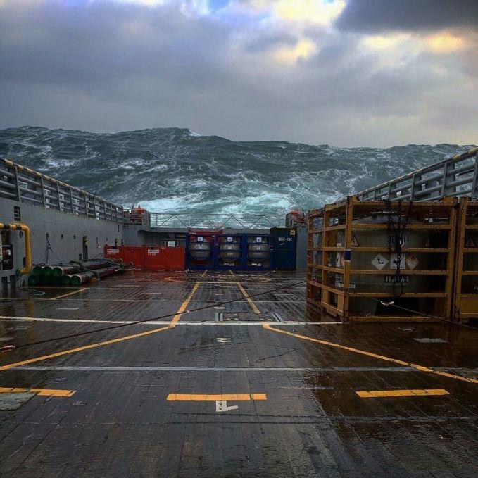 Sepertinya foto ini diambil tepat sebelum bencana badai di laut terjadi. Ngeri banget melihat ombaknya, Pulsker!
