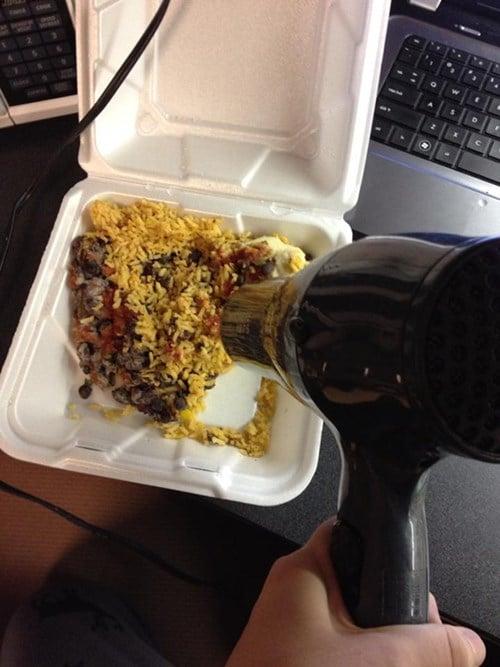 Bahkan hair dryer bisa lho kalian pakai buat ngademin makanan panas gaes.