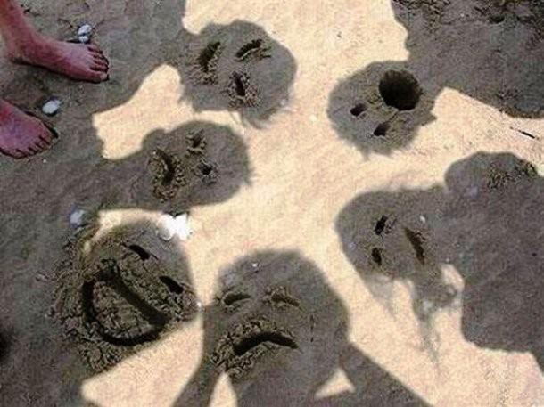 Bukan cuma wajah, kamu juga bisa memotret bayanganmu sendiri lalu dibuat ekspresi dari pasir seperti gambar di bawah ini.