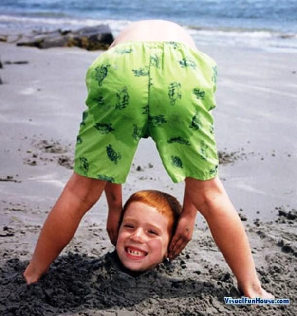 Wah..nggak pernah terpikirkan sebelumnya kan untuk bikin foto kaya gini pas lagi di pantai?
