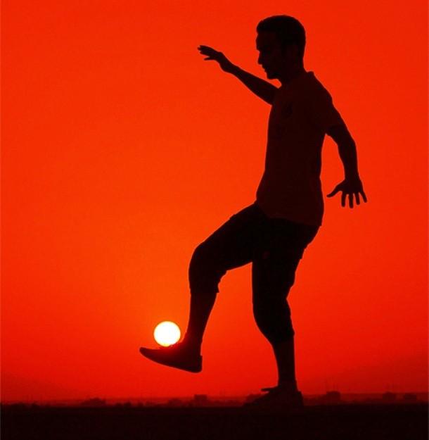 Saat matahari terbenam, kamu bisa memanfaatkan momen ini untuk membuat foto seperti pada foto di bawah ini. Inspiratif banget kan?!