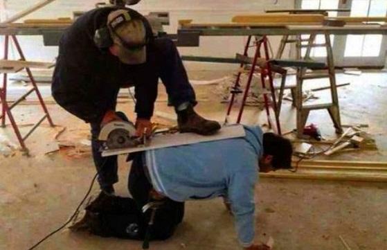 Nekat banget ya kedua orang ini, bukannya memakai alat-alat yang memadai, malah pakai punggung temannya untuk memotong kayu.