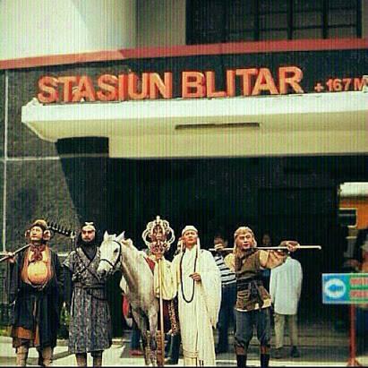 Setelah menempuh perjalanan panjang, akhirnya sampai juga nih di kota Blitar Pulsker. Sekalian berkunjung ke tempat bersejarah nih.