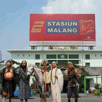 Habis mendarat ke Blitar, destinasi berikutnya ke kota Malang. Berburu kuliner bakwan Malang sambil beli apel Batu.